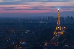 Torre Eiffel di Parigi alla vista di notte da Montparnasse Fotografia Stock Libera da Diritti