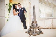 Torre Eiffel do casamento fotografia de stock royalty free