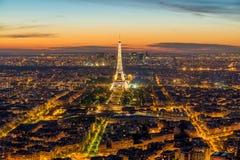 Torre Eiffel durante la demostración ligera en la oscuridad, París, Francia de la hermosa vista Imagen de archivo libre de regalías
