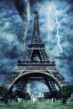 Torre Eiffel durante la tempesta, la pioggia e l'illuminazione pesanti a Parigi immagini stock libere da diritti