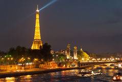Torre Eiffel e Alexander Bridge alla notte Fotografia Stock Libera da Diritti