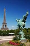 A torre Eiffel e a estátua do la França Renai Fotos de Stock Royalty Free