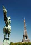 A torre Eiffel e a estátua do la França Renai Fotos de Stock