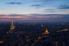 Torre Eiffel e Invalides di Parigi alla vista di notte da Montparnasse Immagini Stock