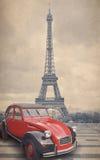 A torre Eiffel e o carro vermelho com vintage retro denominam o efeito do filtro ilustração do vetor
