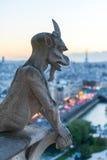Torre Eiffel e Parigi di sorveglianza del doccione al crepuscolo Immagini Stock