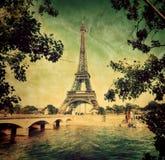 Torre Eiffel e Seine River em Paris, França. Vintage fotos de stock royalty free