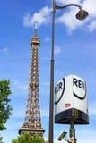 Torre Eiffel e sinal do metro de RER Foto de Stock