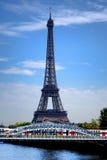 Torre Eiffel e trem regional em Paris França Imagens de Stock Royalty Free