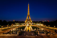 Torre Eiffel e Trocadero Fontains na noite, Paris, franco