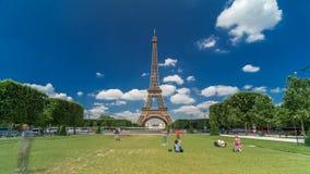 Torre Eiffel em Champs de Mars no hyperlapse do timelapse de Paris, França video estoque