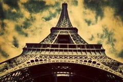 Torre Eiffel em Paris, Fance no estilo retro. fotos de stock royalty free