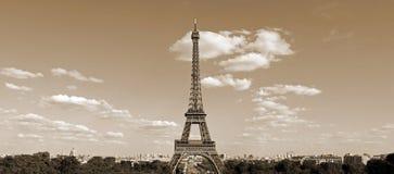 Torre Eiffel em Paris França com o efeito do sepia visto do monte de fotos de stock royalty free