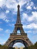 Torre Eiffel em Paris em um dia de verão ensolarado fotografia de stock royalty free