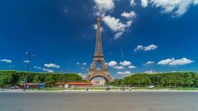 Torre Eiffel en Champs de Mars en el hyperlapse del timelapse de París, Francia metrajes