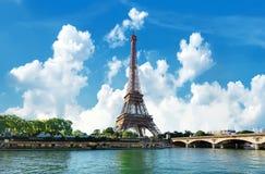 Torre Eiffel en día fotografía de archivo libre de regalías