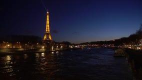 Torre Eiffel en de la noche la posibilidad muy remota mismo
