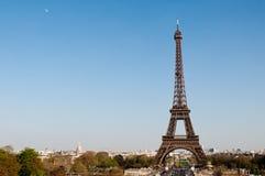 Torre Eiffel en el día asoleado Imágenes de archivo libres de regalías