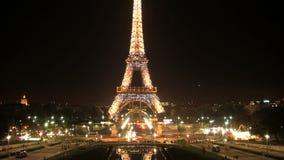 Torre Eiffel en el timelapse de la demostración de la luz de la noche, París, Francia almacen de metraje de vídeo