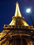 Torre Eiffel en la noche imagenes de archivo