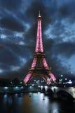 Torre Eiffel en la noche en París, Francia Fotos de archivo
