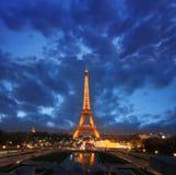 Torre Eiffel en la noche en París, Francia Foto de archivo libre de regalías