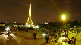 torre Eiffel en la noche, París, Francia, timelapse, enfoque hacia fuera, 4k almacen de metraje de vídeo