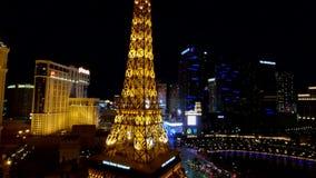 Torre Eiffel en la opinión aérea del casino de París del hotel de Ballys en la noche almacen de metraje de vídeo