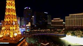 Torre Eiffel en la opinión aérea del casino de París del hotel de Ballys en la noche metrajes