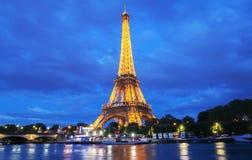 Torre Eiffel en la oscuridad, París, Francia Foto de archivo libre de regalías