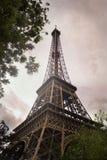 Torre Eiffel en la puesta del sol fotos de archivo
