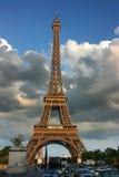 Torre Eiffel en la puesta del sol Foto de archivo libre de regalías