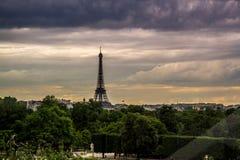 Torre Eiffel en la puesta del sol de Ferris Wheel Foto de archivo libre de regalías