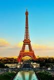 Torre Eiffel en la puesta del sol de Trocadero Palais de Chaillot Foto de archivo libre de regalías