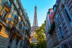 Torre Eiffel en la puesta del sol en París fotografía de archivo