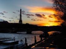 Torre Eiffel en la puesta del sol, París, Francia Foto de archivo libre de regalías
