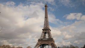 Torre Eiffel en lapso de tiempo de París almacen de metraje de vídeo