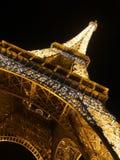 Torre Eiffel en luz de la noche. Fotos de archivo libres de regalías