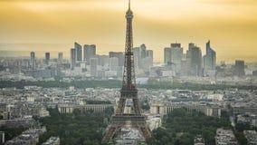 Torre Eiffel en París, centros de negocios modernos en el time lapse de la vida trasera, urbana metrajes