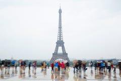 Torre Eiffel en París con los turistas y la lluvia Fotos de archivo libres de regalías