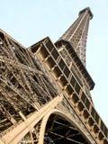 Torre Eiffel en París de la parte inferior a rematar Fotos de archivo