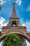 Torre Eiffel en París debajo de Sunny Summer Sky imagenes de archivo