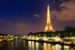Torre Eiffel en París en la noche imagen de archivo libre de regalías