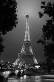 Torre Eiffel en París en la noche, blanco y negro Imagen de archivo libre de regalías