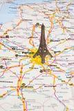 Torre Eiffel en París en mapa. Imagenes de archivo