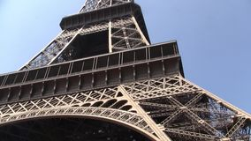 Torre Eiffel en París, Francia en Sunny Day, cacerola vertical almacen de metraje de vídeo