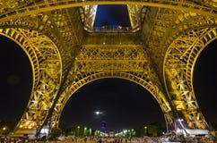 Torre Eiffel en París por noche Foto de archivo