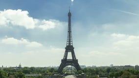 Torre Eiffel en París vista de Trocadero Es una tarde preciosa del verano tarde almacen de metraje de vídeo