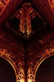 Torre Eiffel en Par?s de debajo fotos de archivo libres de regalías