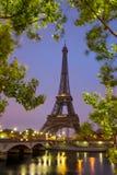 Torre Eiffel en salida del sol en el Sena, París imagen de archivo